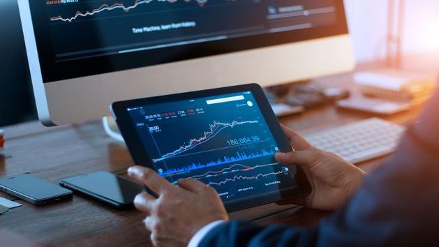 Pourquoi vaut-il mieux passer par un courtier en ligne pour acheter des actions?